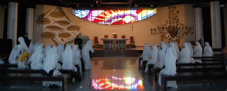 Nella Cappella feriale risalta la grande vetrata ad arco rovesciato, dominata dal Cristo-luce