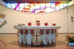 L'Altare feriale sostenuto da base rivestita di mosaico che allude alle giare delle nozze di Cana.