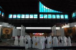 Il presbiterio basilicale opera dell'architetto Abruzzini, scintillante per graniti policromi è sormontato dal tetto a forma di vele di na nave in cemento bianco e vetro.