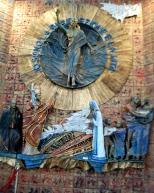 """Un'altra grande ceramica dietro il presbiterio raffigura """"La Risurrezione"""", opera anche questa di Nino Di Simone."""