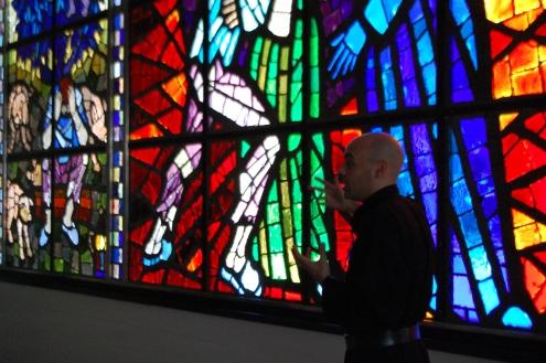 L'atrio racconta su vetro istoriato la parabola del Figliol prodigo.