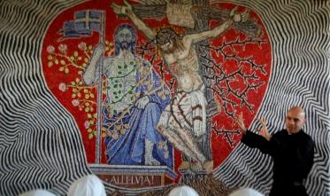 """Per la prima volta nella storia dell'arte vi appare in sincronia il Cristo """"morto e risorto""""."""
