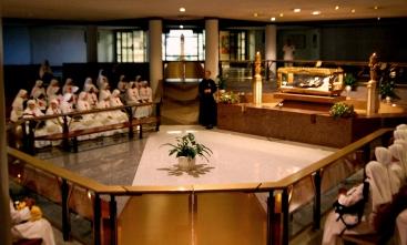Il momento di preghiera ai piedi di San Gabriele nella Cripta del Santuario.