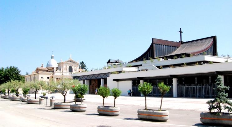Panoramica del Santuario nuovo e del primo Santuario.