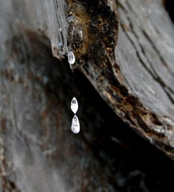 sul mantello del Padre tre lacrime cristalline